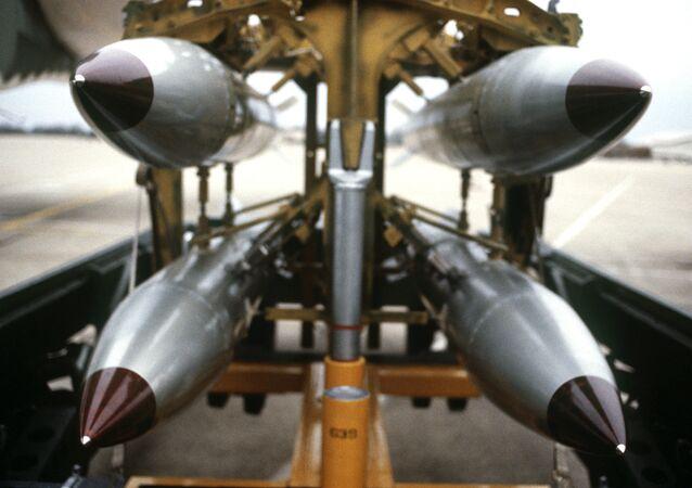 Uma visão frontal de quatro bombas nucleares de queda livre B-61 em um carrinho de bombas