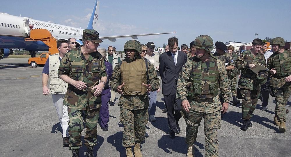 Chefe do Estado-Maior General dos EUA Richard B. Myers conversa com o brigadeiro-general Ronald S. Coleman após desembarcar no Aeroporto Internacional Toussaint Louverture durante uma visita a Porto Príncipe, Haiti (foto de arquivo)