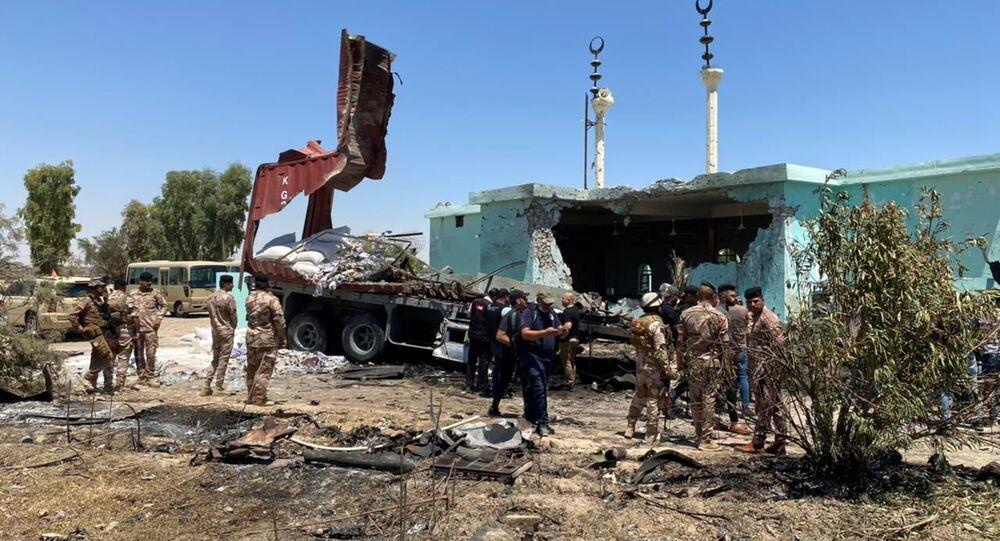 Militares do Comando de Operações Conjuntas do Iraque inspecionam caminhão e local de onde foram lançados foguetes em direção à Base Militar Ain al-Asad, na província de Anbar, Al-Baghdadi, Iraque, 8 de julho de 2021