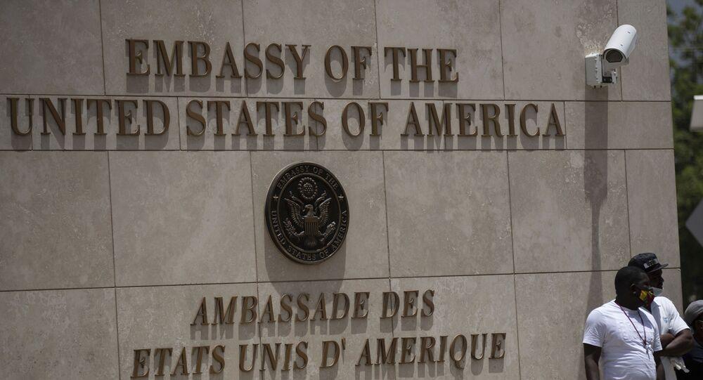 Pessoas no exterior da Embaixada dos EUA em Porto Príncipe, Haiti, 9 de julho de 2021