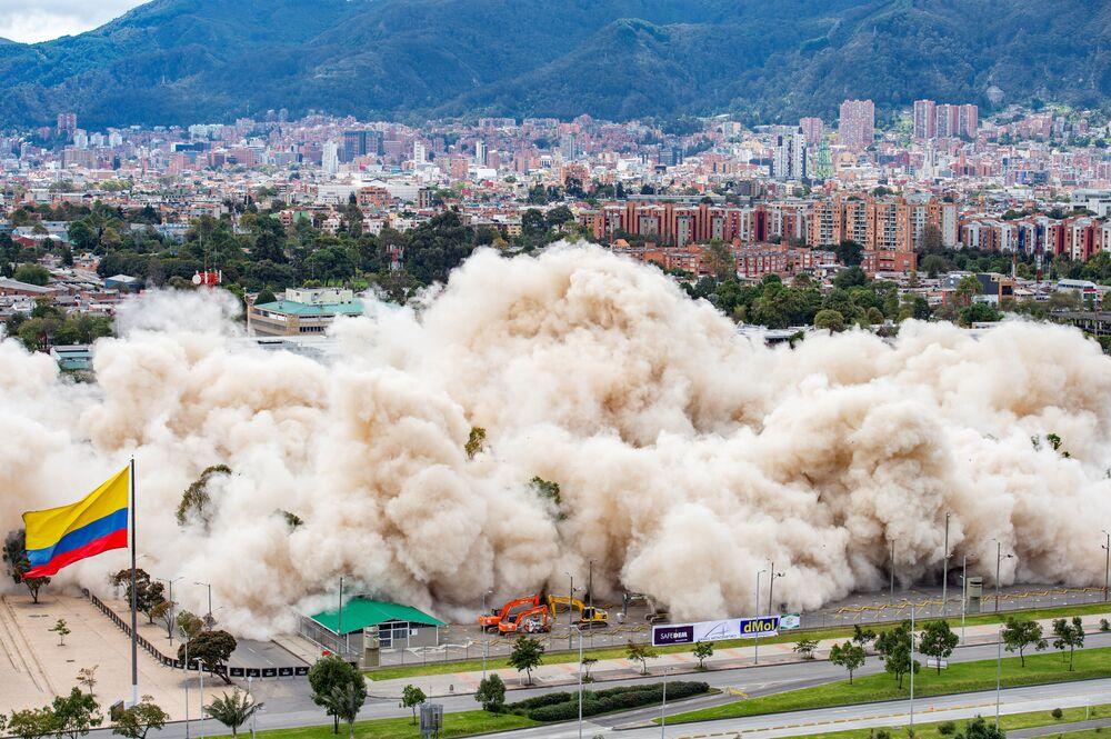 Prédio do Ministério da Defesa da Colômbia é demolido em uma implosão controlada, em Bogotá, 4 de julho de 2021
