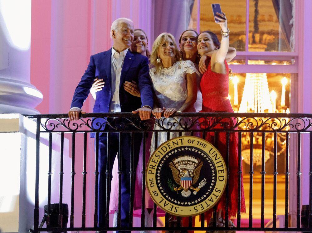 Presidente dos EUA Joe Biden, a primeira-dama Jill Biden, a filha Ashley Biden e as netas, Finnegan e Naomi, posam para uma foto durante a celebração do Dia da independência em Washington