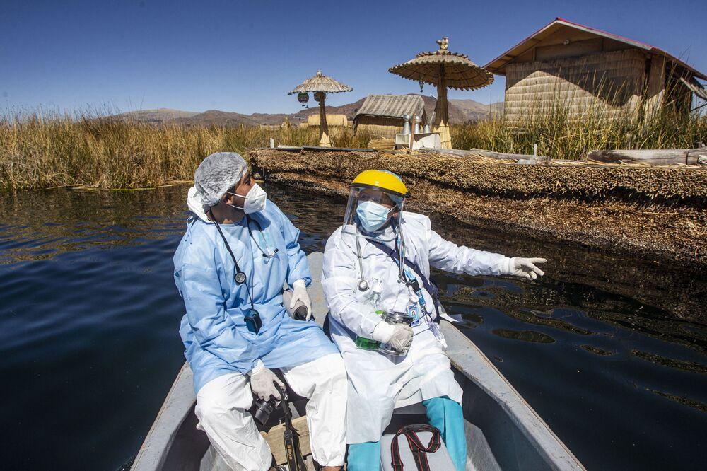 Profissionais de saúde chegam às ilhas de Uros para vacinar cidadãos contra o coronavírus em Puno, Peru