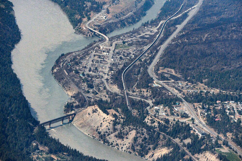 Restos carbonizados de casas e edifícios destruídos por um incêndio florestal em Lytton, Colúmbia Britânica, Canadá