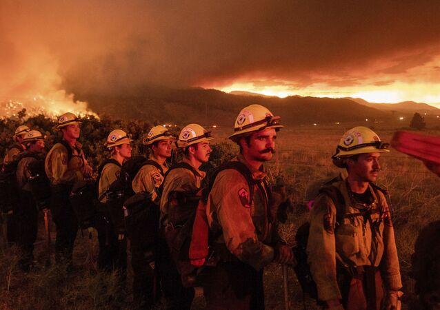 Bombeiros da estação de Placerville monitoram incêndio, em Doyle, norte da Califórnia, EUA, 9 de julho de 2021