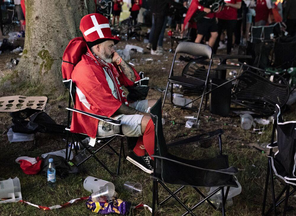 Torcedor da seleção dinamarquesa, após derrota de sua equipe na semifinal da Eurocopa de futebol
