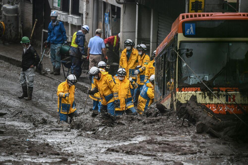 Polícia procura pessoas desaparecidas no local de um deslizamento de terra em Atami, prefeitura de Shizuoka, Japão