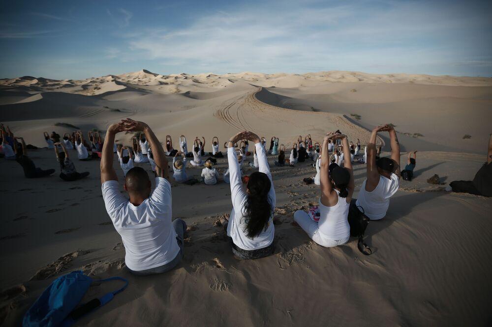 Pessoas praticando ioga em um deserto no México