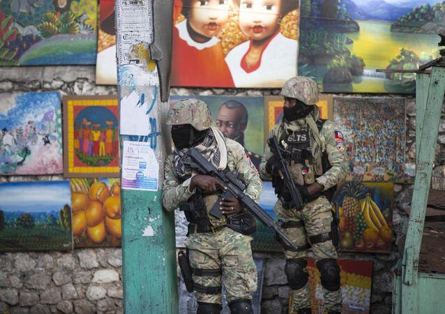 Soldados patrulham Petion Ville, o bairro onde morava o falecido presidente haitiano Jovenel Moïse, Porto Príncipe, Haiti