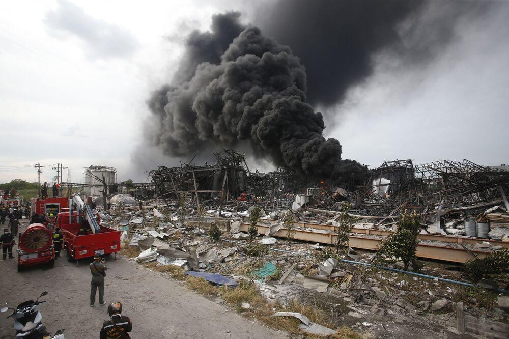 Bombeiros combatem incêndio no local de uma grande explosão na província de Samut Prakan, Tailândia