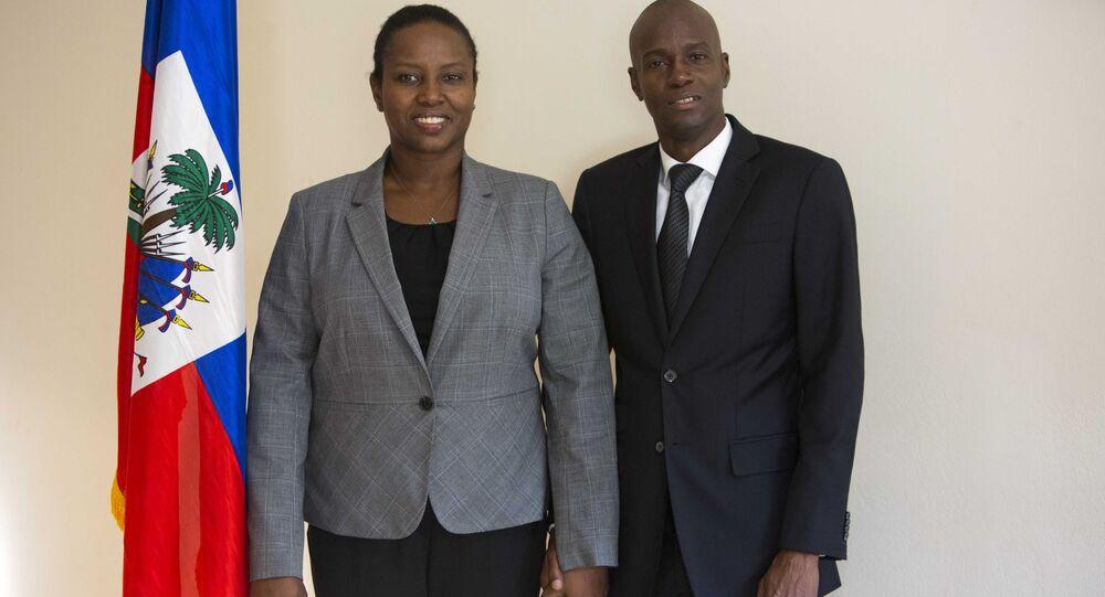Jovenel Moïse, presidente do Haiti, posa para foto com sua esposa Martine Moïse, após entrevista em seu escritório em Petion-Ville, Haiti, 29 de novembro de 2016