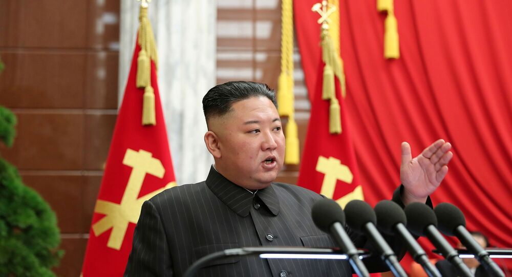 Kim Jong-un, líder da Coreia do Norte, fala durante reunião do Politburo do Partido dos Trabalhadores da Coreia do Norte em Pyongyang, Coreia do Norte, em imagem divulgada em 5 de julho de 2021