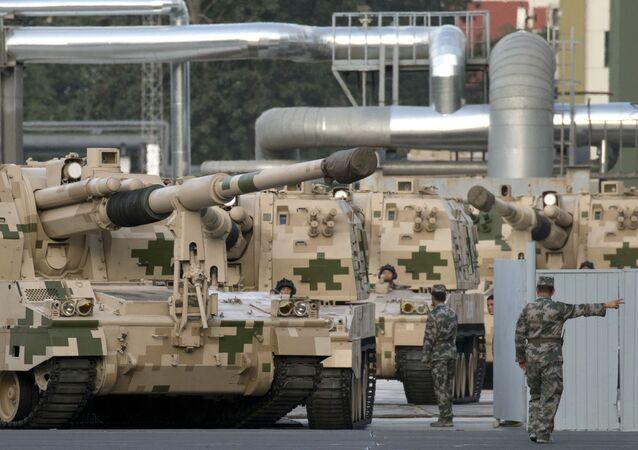 Peça de artilharia autopropulsada da China durante ensaio para o desfile militar