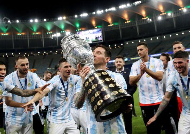 Jogador argentino Lionel Messi levanta a taça da Copa América após vencer o Brasil no Maracanã, 10 de julho de 2021