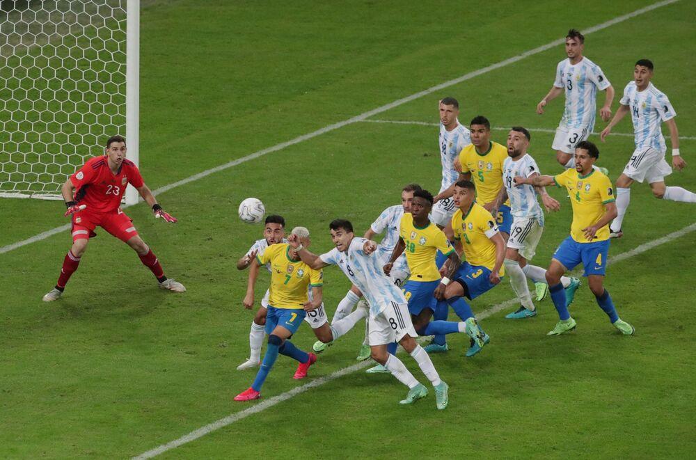 Jogadores argentinos e brasileiros disputam lance durante a final da Copa América, 10 de julho de 2021