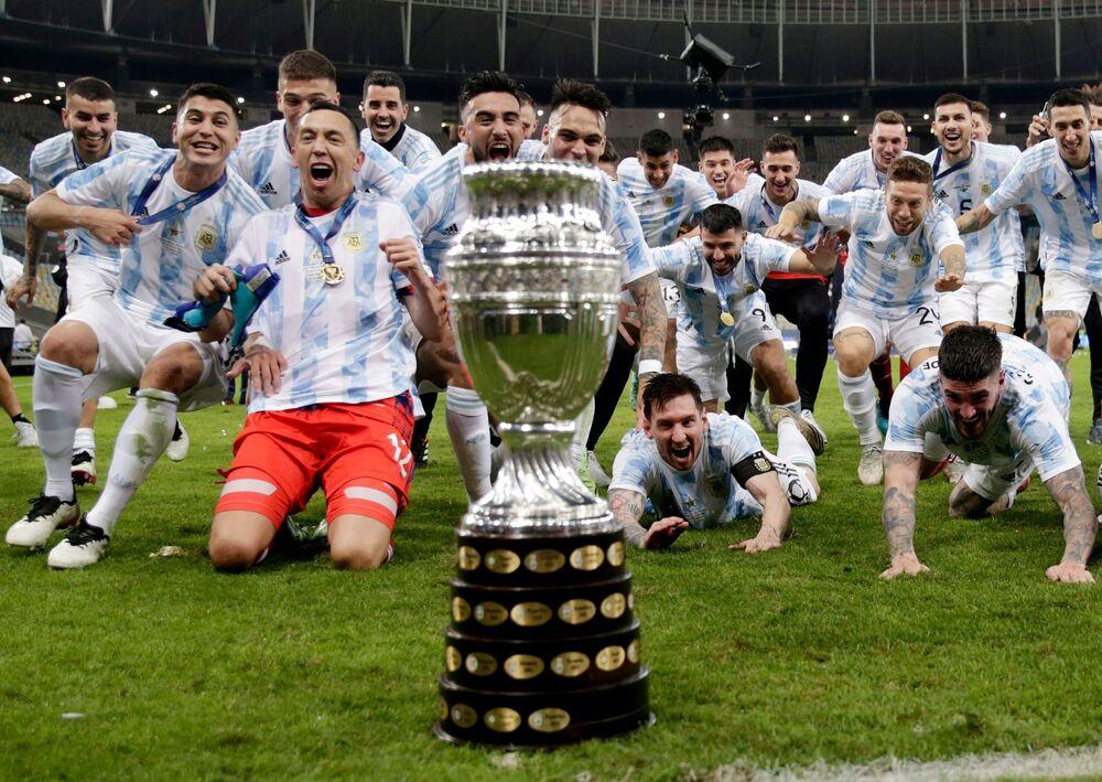 Jogadores argentinos celebram o título da Copa América no Maracanã, 10 de julho de 2021