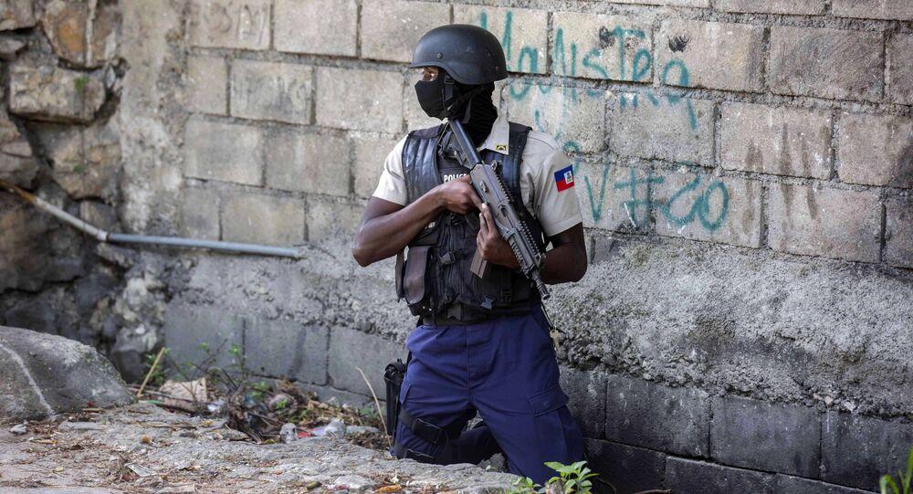 Polícia conduz buscas no distrito de Morne Calvaire por suspeitos, que permanecem foragidos, do assassinato do presidente haitiano Jovenel Moïse em Porto Príncipe