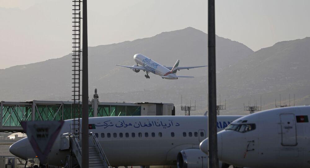 Avião decola do Aeroporto Internacional de Cabul, Afeganistão