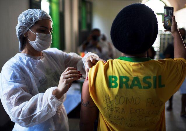 Profissional de saúde aplica imunizante da Johnson & Johnson no âmbito da campanha de vacinação em massa em Ilha Grande, RJ, Brasil, 10 de julho de 2021