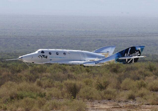 O avião-foguete de passageiros VSS Unity da Virgin Galactic, transportando o empresário bilionário Richard Branson e sua tripulação, pousa após alcançar a borda do espaço acima do Spaceport America perto de Truth or Consequences, Novo México, EUA, 11 de julho de 2021