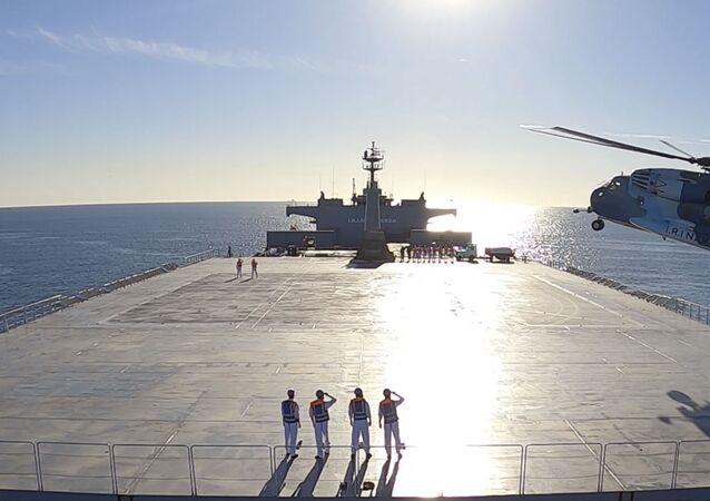Imagem feita a partir de um vídeo divulgado em 13 de janeiro de 2021, pelo Exército iraniano mostra um helicóptero pousando em um navio de logística Makran durante um exercício da marinha no golfo de Omã