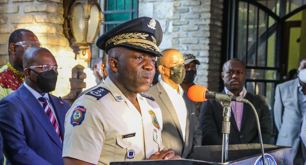 Chefe da Polícia do Haiti, León Charles fala durante conferência de imprensa