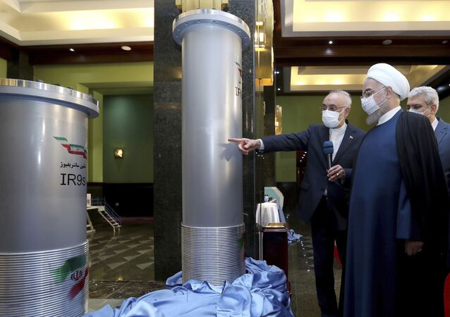 Ex-presidente do Irã, Hassan Rouhani, ouve o presidente da Organização de Energia Atômica do Irã, Ali Akbar Salehi, durante sua visita à exposição das conquistas nucleares em Teerã, 10 de abril de 2021