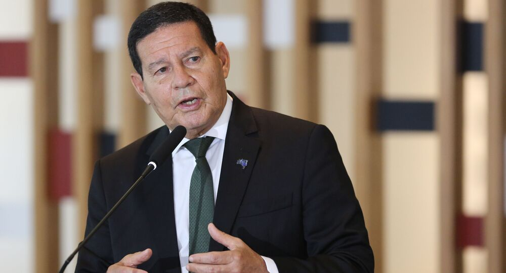 O vice-presidente da República e presidente do Conselho Nacional da Amazônia Legal, Hamilton Mourão, fala à imprensa, após a terceira reunião do colegiado, no Palácio Itamaraty em Brasília, 3 de novembro de 2020