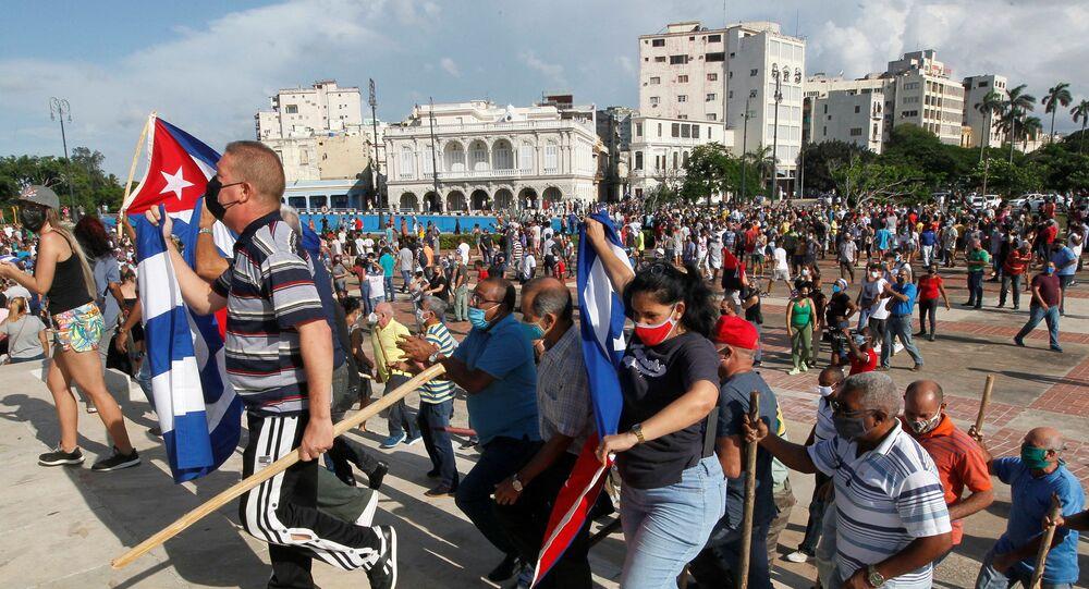 Manifestantes agitam bandeiras cubanas em protestos em Cuba contra a deterioração da economia, Havana, em 11 de julho de 2021