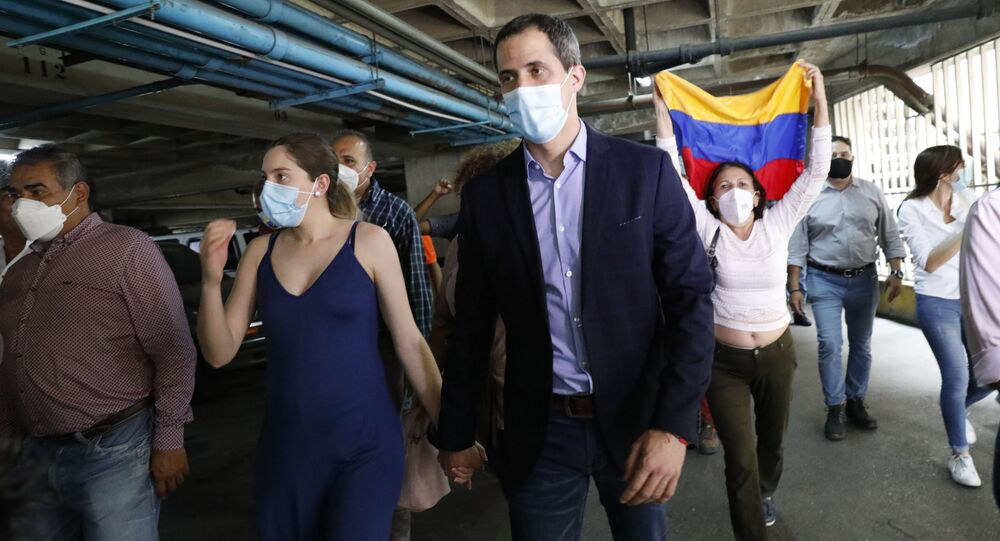 Líder da oposição venezuelana Juan Guaidó e sua esposa Fabiana Rosales caminham no estacionamento de seu prédio residencial após entrevista coletiva em Caracas, Venezuela