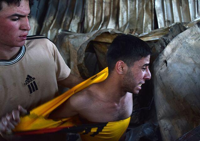 Homem reage ao incêndio em hospital iraquiano em Nassíria, 13 de julho de 2021