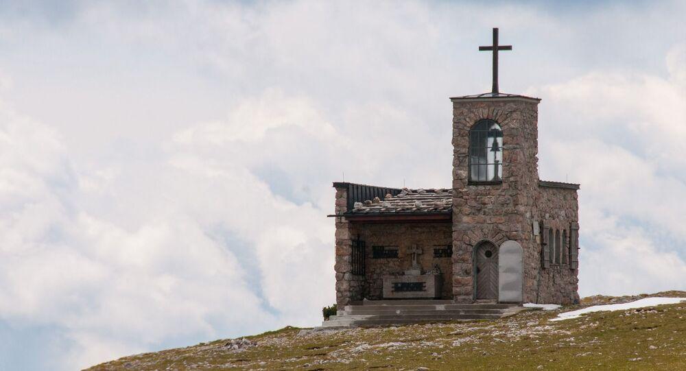 Capela em uma montanha (imagem referencial)