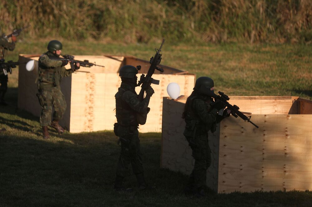 Oficiais da Marinha durante exercício militar antes da inspeção da ONU