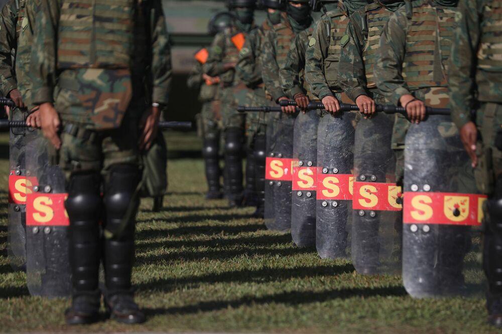 Oficiais da Marinha em formação durante exercício militar antes da inspeção da ONU