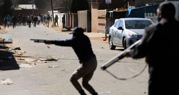 Policiais atiram em manifestantes durante tumultos após condenação do ex-presidente sul-africano Jacob Zuma, Joanesburgo, 13 de julho de 2021