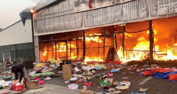 Centro comercial em chamas em meio aos tumultos, Pietermaritzburg, na África do Sul, 13 de julho de 2021