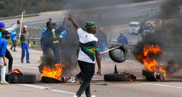 Manifestantes durante protestos na África do Sul, Peacevale, 9 de julho de 2021