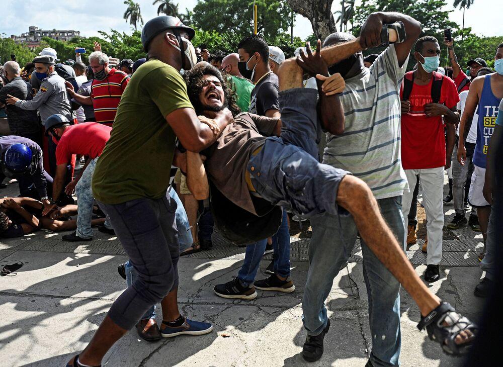 Um homem foi preso durante a manifestação contra o governo do presidente cubano Miguel Diaz-Canel em Havana, no domingo (11)
