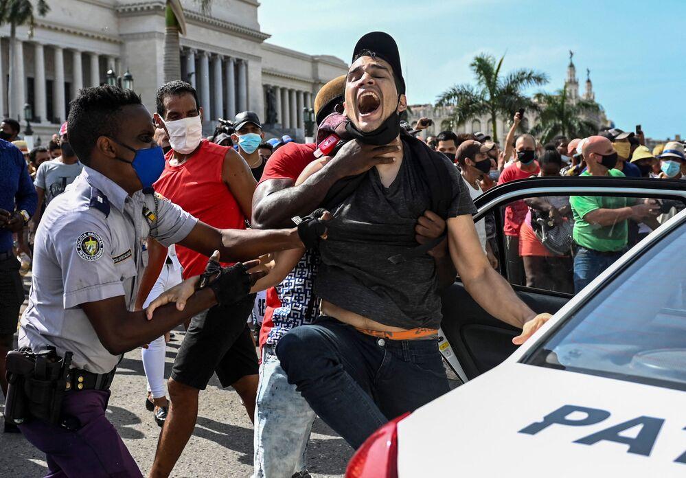 A imagem mostra outro homem sendo preso durante a manifestação contra o governo de Miguel Diaz-Canel, em Havana, no domingo (11)