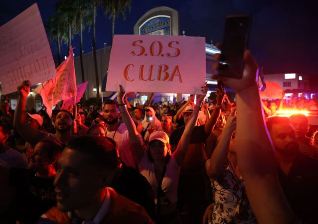 No domingo (11), pessoas se reuniram perto de um restaurante cubano no bairro de Little Havana, em Miami, na Flórida, em apoio aos protestos em Cuba