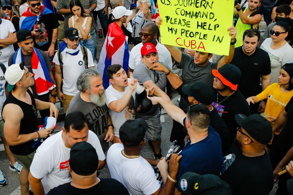 Manifestantes contra o governo cubano são confrontados por membros do Proud Boys, incluindo o líder Henry Enrique Tarrio, durante um protesto em Miami no domingo (11). As manifestações começaram espontaneamente enquanto o país enfrenta sua pior crise econômica em 30 anos