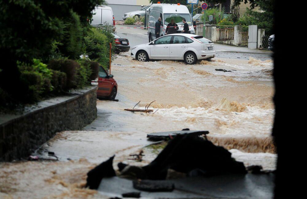 Rua inundada após chuvas intensas em Hagen, Alemanha