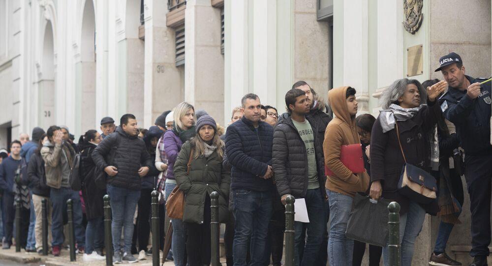 Brasileiros passam a madrugada em grande fila no Consulado Geral do Brasil, em Lisboa, para conseguir a documentação para a cidadania portuguesa (foto de arquivo)