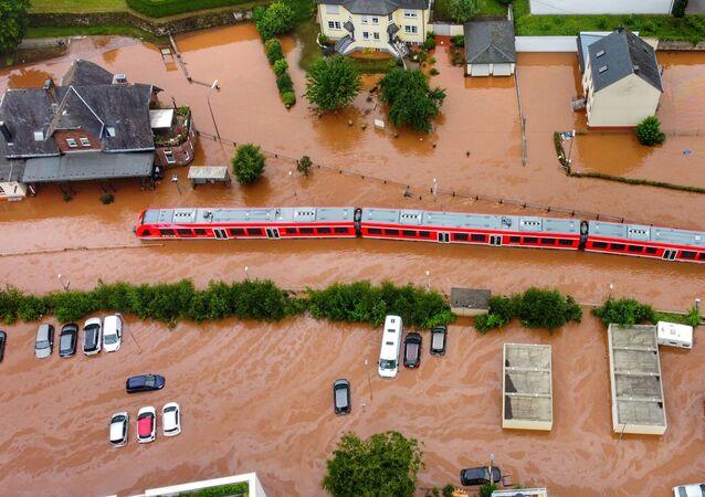 Foto aérea tirada em 15 de julho de 2021 mostra trem regional parado na estação ferroviária da cidade de Kordel, inundada pelas águas do rio Kyll, na Alemanha