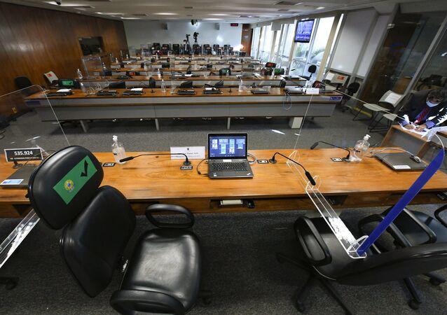 Sala da CPI está preparada para ouvir depoimentos. As bancadas estão identificadas nominalmente com os integrantes da mesa, Brasília, 15 de julho de 2021