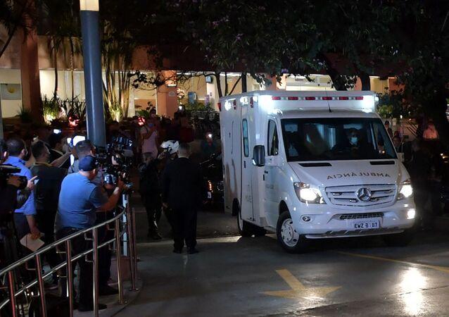 Ambulância que transporta o presidente Jair Bolsonaro chega ao hospital Vila Nova Star, em São Paulo, Brasil, em 14 de julho de 2021