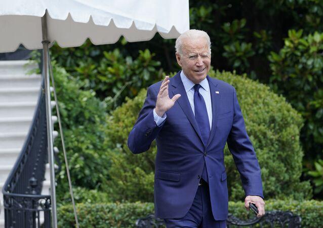 Presidente dos EUA, Joe Biden, tenta ouvir perguntas gritadas por repórteres no gramado sul da Casa Branca em Washington, 16 de julho de 2021