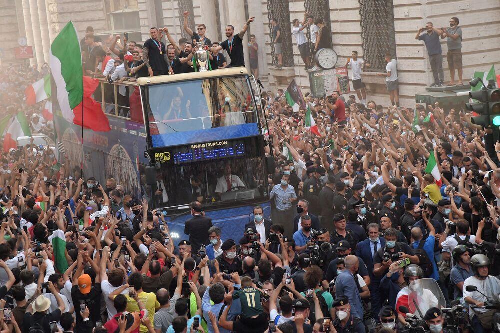 Jogadores da seleção italiana percorrem ruas de Roma em ônibus  com o troféu da Eurocopa 2020
