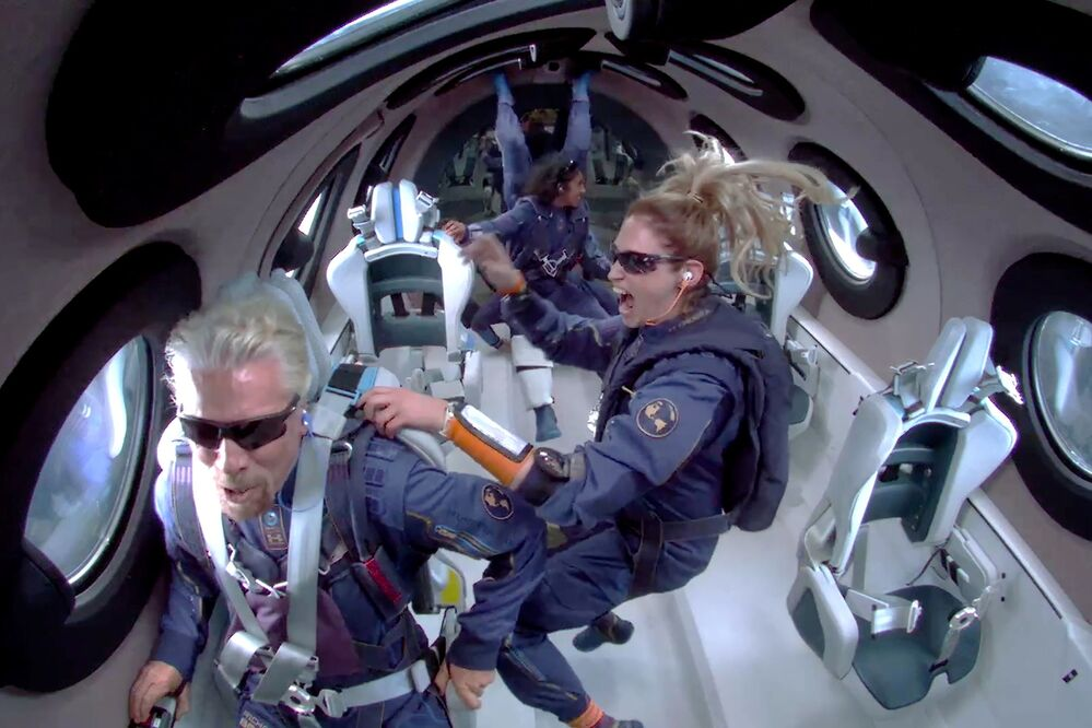 Bilionário Richard Branson com a tripulação do VSS Unity, avião-foguete construído pela Virgin Galactic