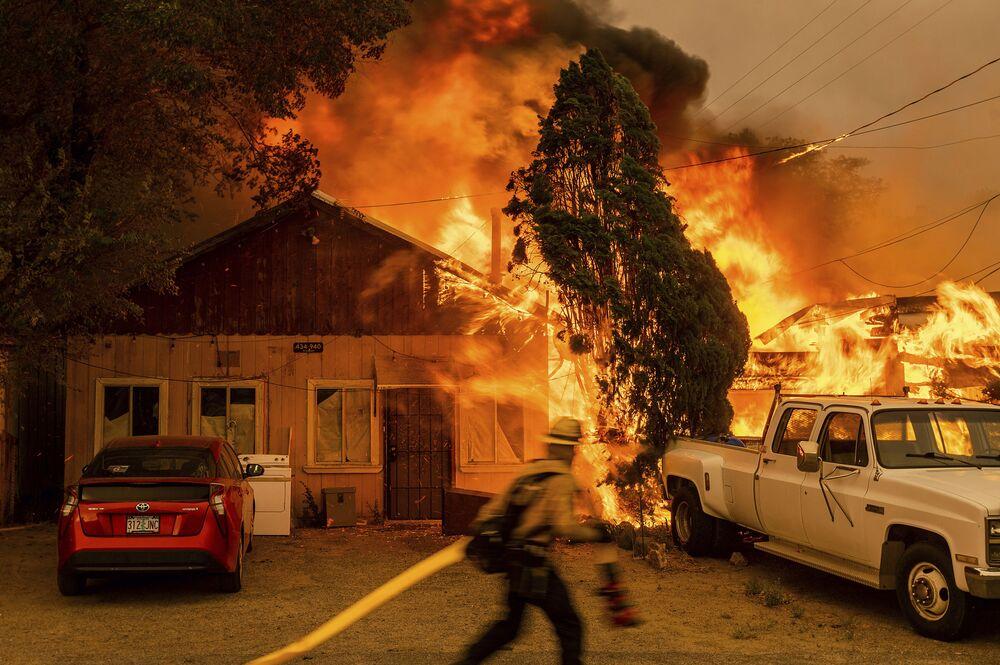 Fogo destrói casa no estado norte-americano da Califórnia
